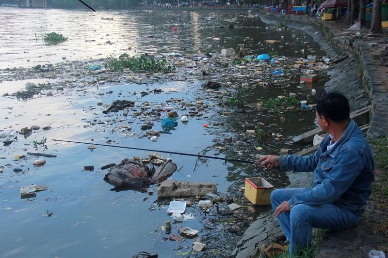 Thản nhiên hóng mát, câu cá trên khúc kênh đầy rác - ảnh 4