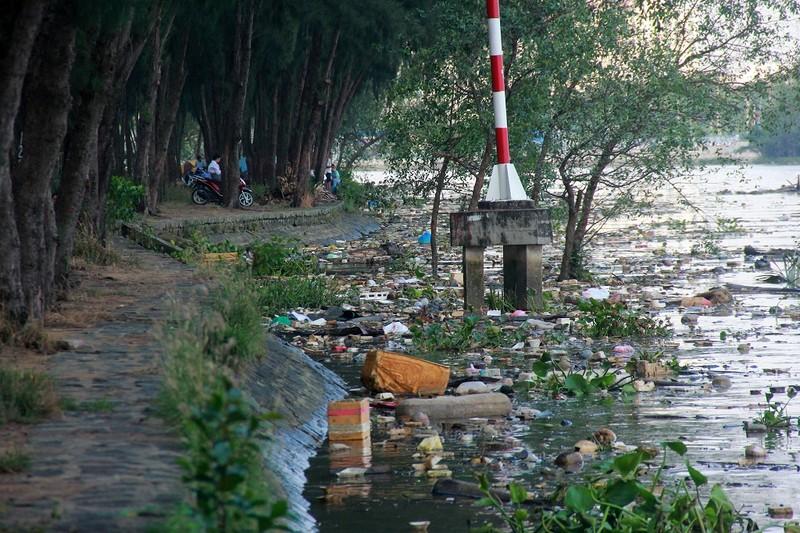 Thản nhiên hóng mát, câu cá trên khúc kênh đầy rác - ảnh 6