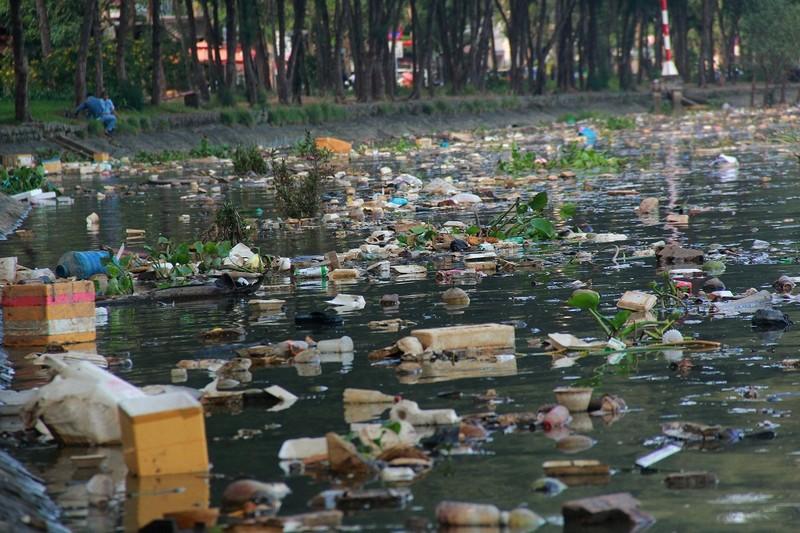 Thản nhiên hóng mát, câu cá trên khúc kênh đầy rác - ảnh 7