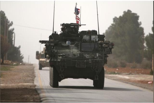 Xe tăng Mỹ ở bắc TP Manbij, tỉnh Aleppo (đông bắc Syria) thời điểm mới triển khai đến vào tháng 3-2017. Ảnh: REUTERS