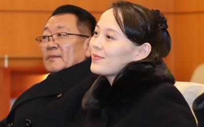 Bà Kim Yo-jong, em gái lãnh đạo Triều Tiên Kim Jong-un trong buổi gặp gỡ ngắn với Bộ trưởng Bộ Thống nhất Hàn Quốc Cho Myoung-gyon tại sân bay quốc tế Incheon ở Seoul (Hàn Quốc) trưa ngày 9-2. Ảnh: YONHAP