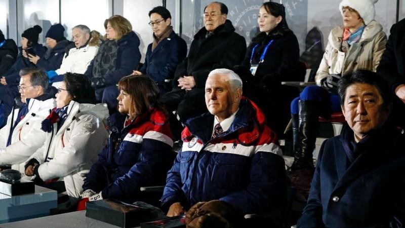 Phó Tổng thống Mỹ Mike Pence (thứ hai bên phải sang, hàng đầu) tại lễ khai mạc Thế Vận Hội Mùa Đông 2018 ở Pyeongchang (Hàn Quốc). Diễn biến hòa giải giữa hai miền Triều Tiên được truyền thông quốc tế nhận định là một thách thức lớn với Mỹ. Ảnh: AP