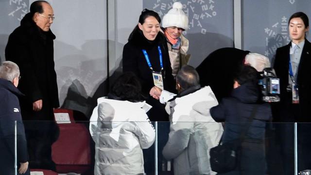 Cú bắt tay lịch sử giữa Tổng thống Hàn Quốc Moon Jae-in và bà Kim Yo-jong, em gái lãnh đạo Triều Tiên tại lễ khai mạc Thế Vận Hội Mùa Đông 2008 tại Pyeongchang, tỉnh Gangwon (Hàn Quốc) tối 9-2.