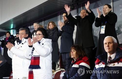 Vợ chồng Phó Tổng thống Mỹ Mike Pence ngồi yên khi lãnh đạo các nước khác đứng lên vẫy chào đoàn VĐV liên Triều diễu hành tại lễ khai mạc Thế vận hội Pyeongchang ngày 10-2. Ảnh: YONHAP