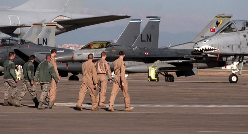 Lính không quân Mỹ và dàn máy bay chiến đấu Mỹ ở căn cứ không quân Incirlik gần Adana (Thổ Nhĩ Kỳ). Ảnh: SPUTNIK