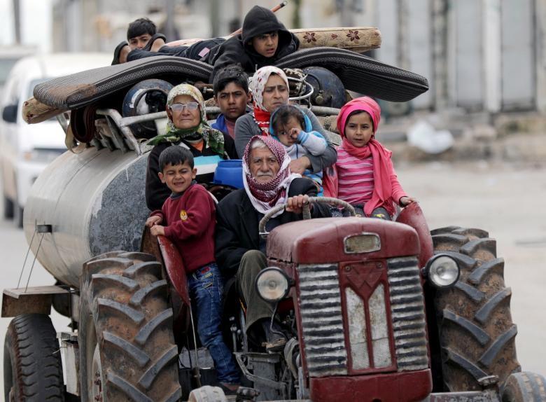 Dân thường Afrin sơ tán. Ảnh: REUTERS