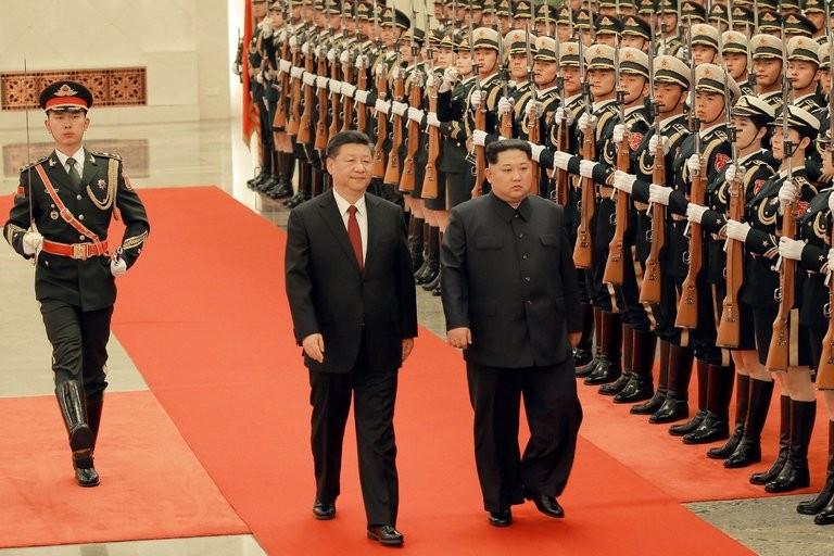 Ông Tập (trái) tiếp đón ông Kim tại Bắc Kinh (Trung Quốc). Ảnh: KCNA