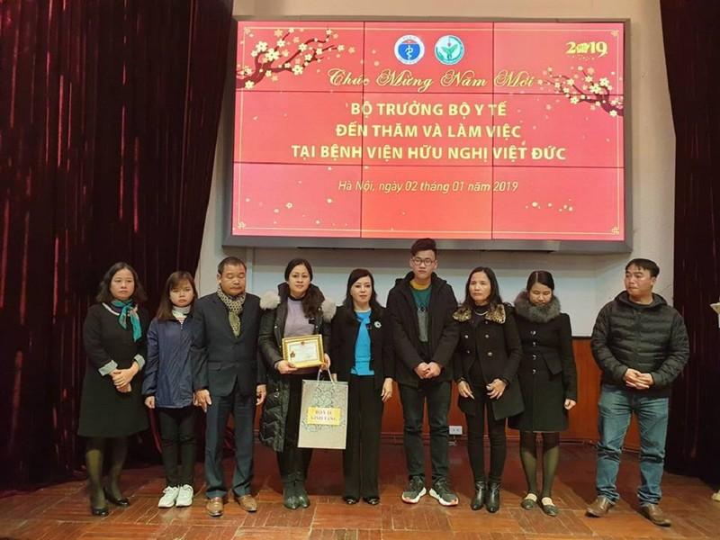 Bộ Y tế trao kỷ niệm chương cho gia đình người hiến 7 mô, tạng - ảnh 1