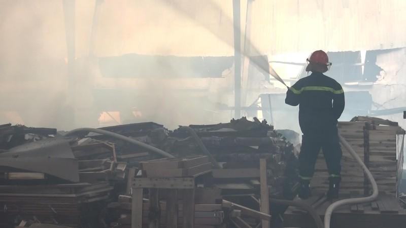 Xưởng gỗ rộng gần 3.000 m2 tan hoang sau vụ cháy - ảnh 2