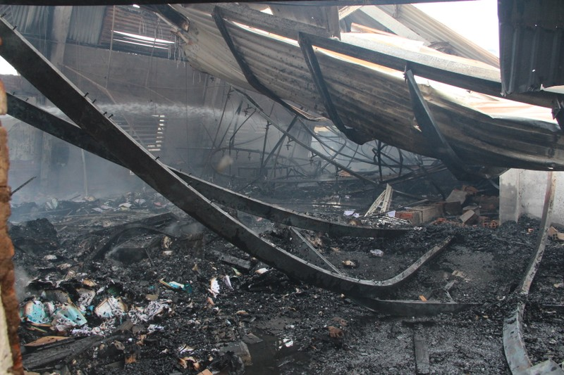 Xưởng gỗ rộng gần 3.000 m2 tan hoang sau vụ cháy - ảnh 3