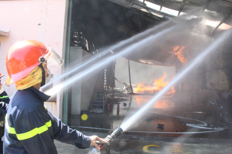 Biển lửa bao trùm công ty tại Bình Dương - ảnh 2
