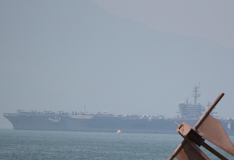 Tàu sân bay USS Carl Vinson đã neo tại vịnh Đà Nẵng - ảnh 11