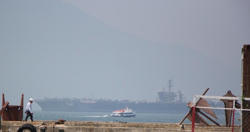 Tàu sân bay USS Carl Vinson đã neo tại vịnh Đà Nẵng - ảnh 8