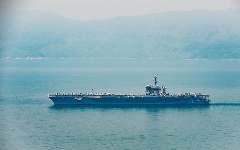Tàu sân bay USS Carl Vinson đã neo tại vịnh Đà Nẵng - ảnh 1