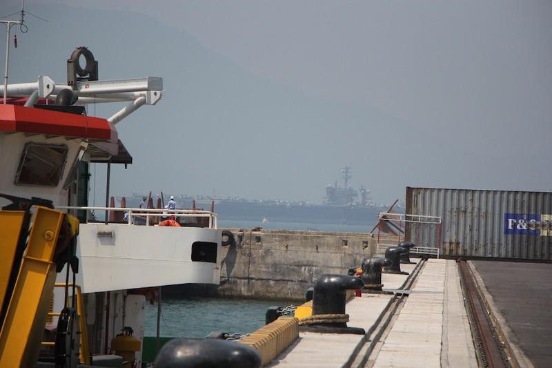 Tàu sân bay USS Carl Vinson đã neo tại vịnh Đà Nẵng - ảnh 7