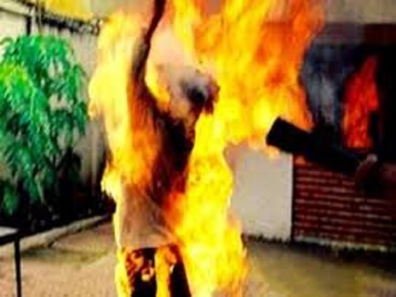 Chồng ôm chặt vợ rồi châm lửa tự thiêu - ảnh 1