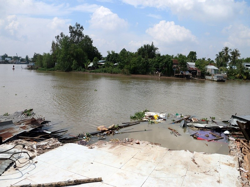 3 căn nhà bỗng dưng đổ ập xuống sông - ảnh 1