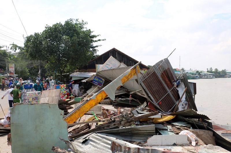3 căn nhà bỗng dưng đổ ập xuống sông - ảnh 2