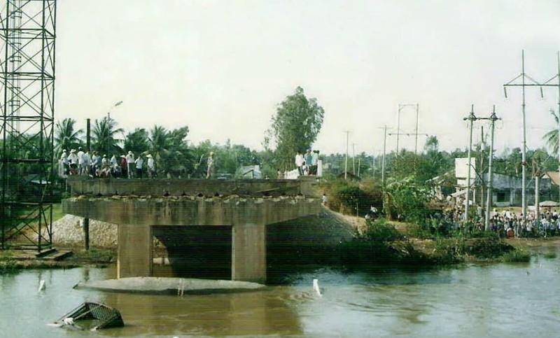 Nguy cơ nhiều cầu cũ, yếu bị tàu va là sập  - ảnh 1