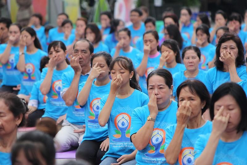 Gần 2.000 người trình diễn yoga ở phố đi bộ Nguyễn Huệ - ảnh 8