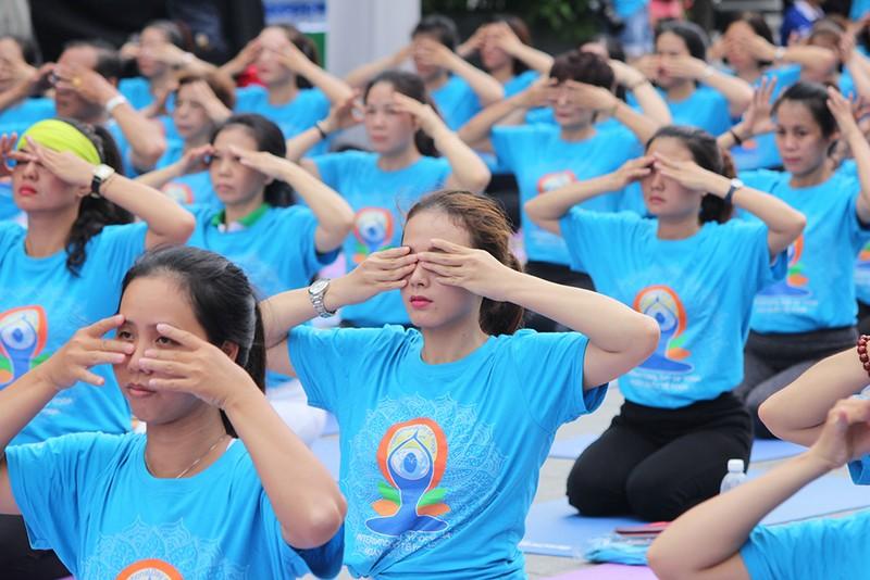 Gần 2.000 người trình diễn yoga ở phố đi bộ Nguyễn Huệ - ảnh 9