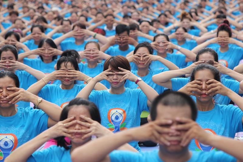 Gần 2.000 người trình diễn yoga ở phố đi bộ Nguyễn Huệ - ảnh 1