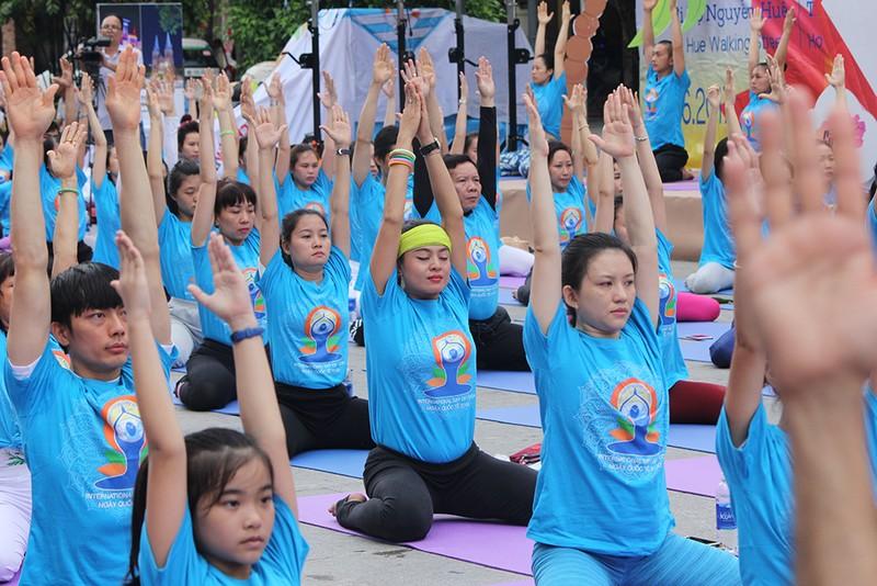 Gần 2.000 người trình diễn yoga ở phố đi bộ Nguyễn Huệ - ảnh 2