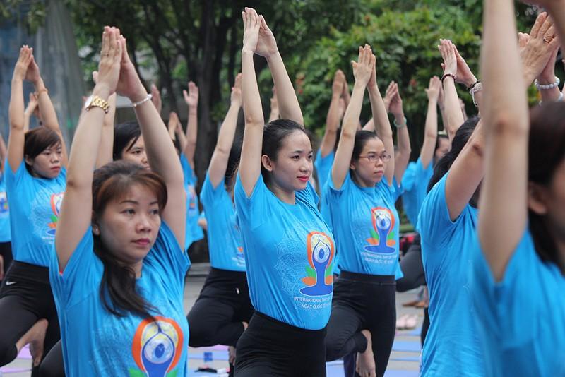 Gần 2.000 người trình diễn yoga ở phố đi bộ Nguyễn Huệ - ảnh 3