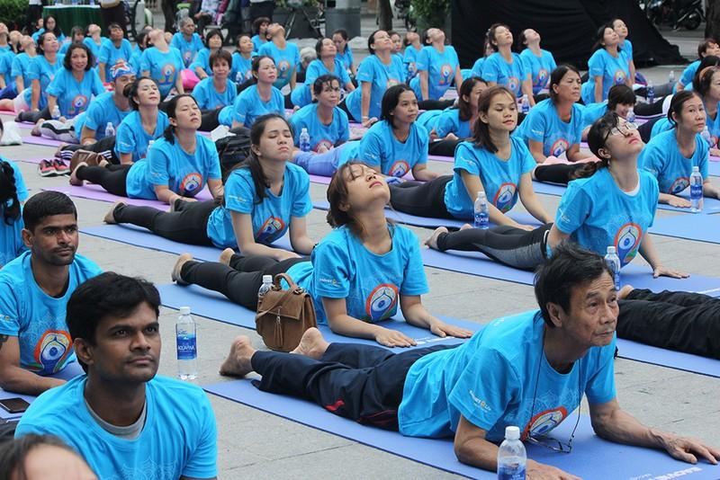 Gần 2.000 người trình diễn yoga ở phố đi bộ Nguyễn Huệ - ảnh 4
