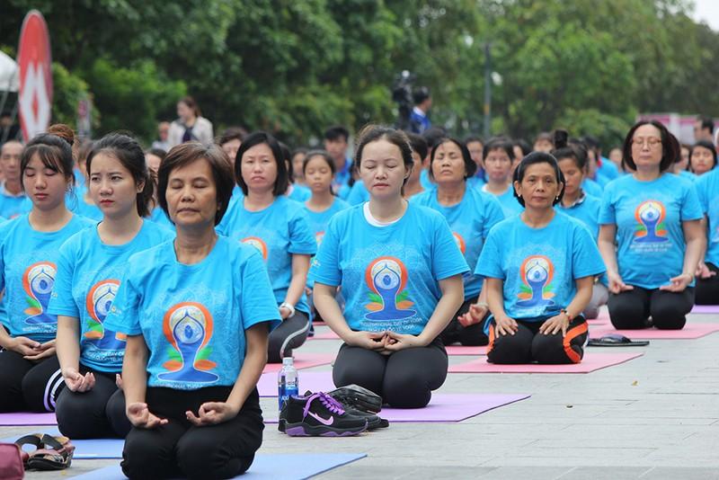 Gần 2.000 người trình diễn yoga ở phố đi bộ Nguyễn Huệ - ảnh 7