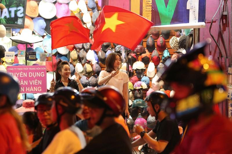 Người dân TP.HCM xuống đường ăn mừng chiến thắng của tuyển VN - ảnh 16