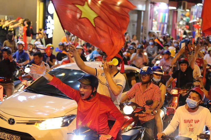 Người dân TP.HCM xuống đường ăn mừng chiến thắng của tuyển VN - ảnh 2