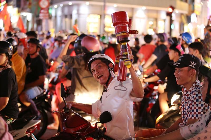 Người dân TP.HCM xuống đường ăn mừng chiến thắng của tuyển VN - ảnh 3