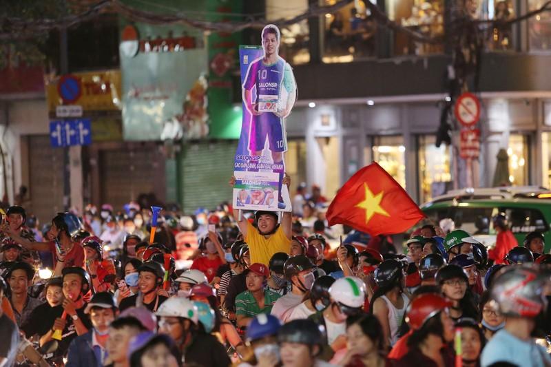Người dân TP.HCM xuống đường ăn mừng chiến thắng của tuyển VN - ảnh 5