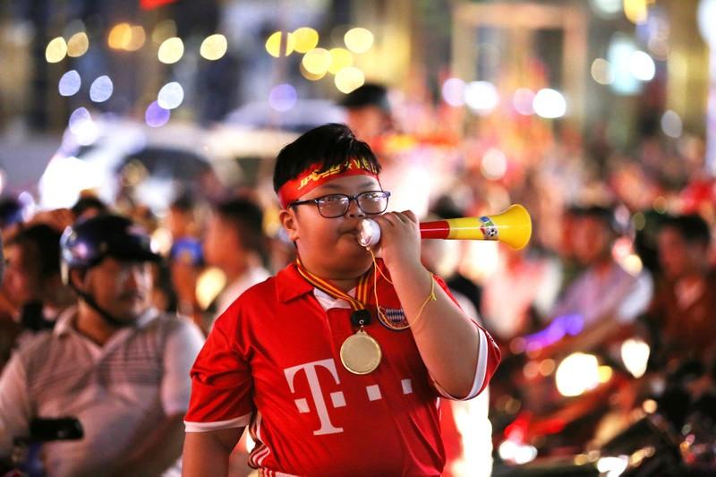 Người dân TP.HCM xuống đường ăn mừng chiến thắng của tuyển VN - ảnh 7