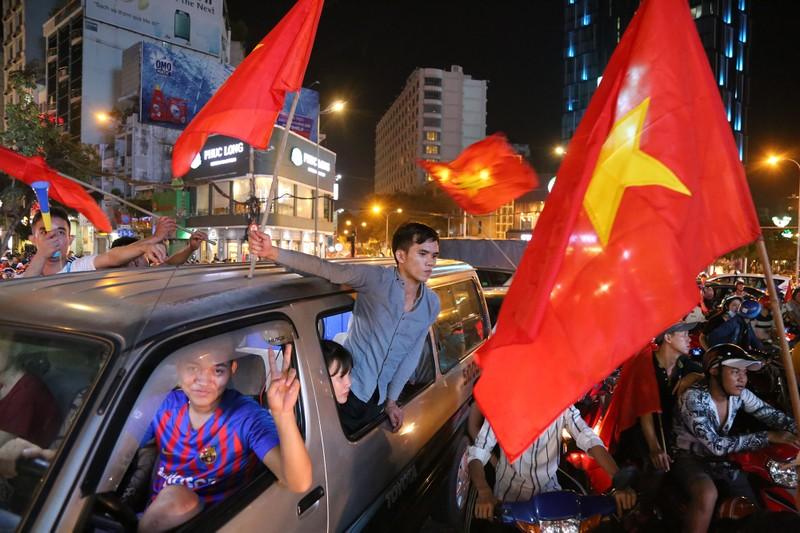 Người dân TP.HCM xuống đường ăn mừng chiến thắng của tuyển VN - ảnh 9