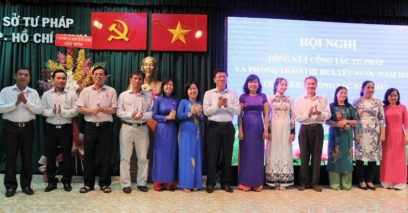 Bộ trưởng Lê Thành Long trao kỷ niệm chương cho các cá nhân và tập thể . Ảnh: HOÀNG GIANG