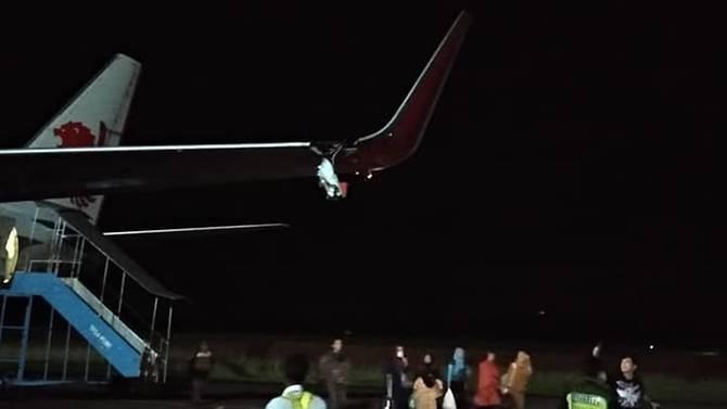 Máy bay Lion Air đâm vào cột, vỡ cánh trái - ảnh 1