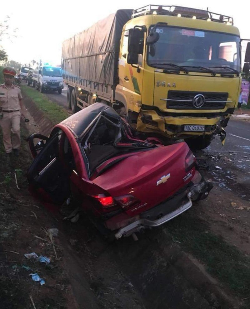 Ô tô biến dạng sau cú tông của xe tải, 4 người thương vong - ảnh 1