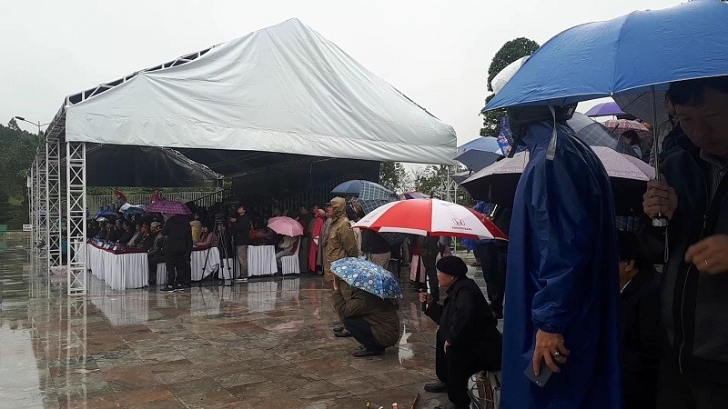 Đội mưa lạnh tái hiện cảnh Nguyễn Huệ lên ngôi hoàng đế - ảnh 3
