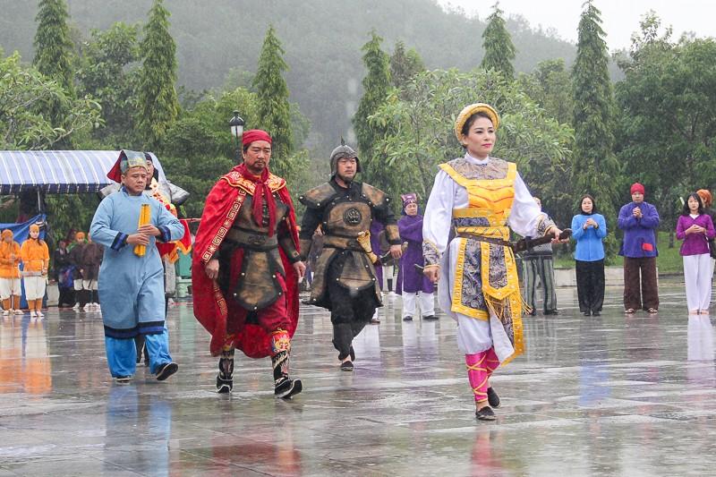 Đội mưa lạnh tái hiện cảnh Nguyễn Huệ lên ngôi hoàng đế - ảnh 1