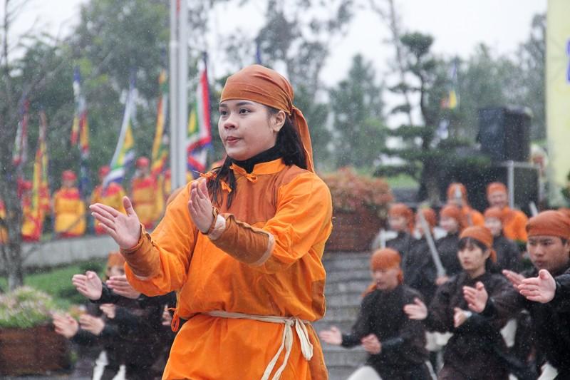 Đội mưa lạnh tái hiện cảnh Nguyễn Huệ lên ngôi hoàng đế - ảnh 2