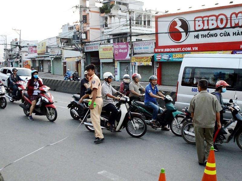 ực lượng chức năng có mặt khám nghiệm điều tra nguyên nhân vụ  tai nạn
