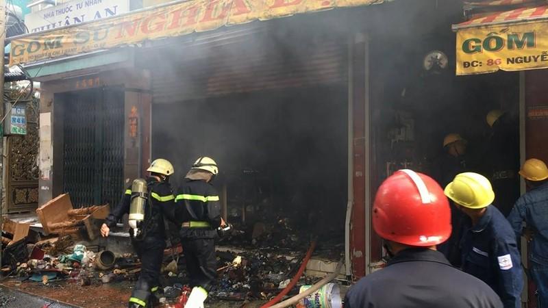 Cháy dữ dội cửa hàng gốm, đồ thờ ở đường Nguyễn Chí Thanh - ảnh 1