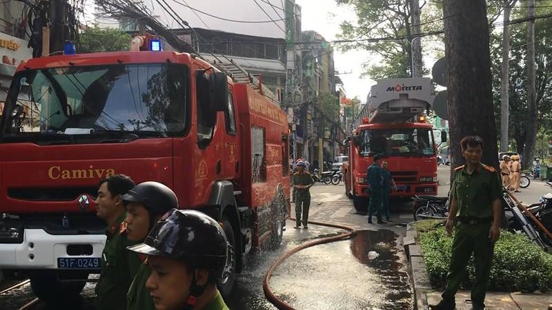 Cháy dữ dội cửa hàng gốm, đồ thờ ở đường Nguyễn Chí Thanh - ảnh 2