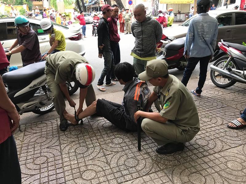 1 người nói tiếng nước ngoài dắt trộm xe máy ở quận 3 - ảnh 1