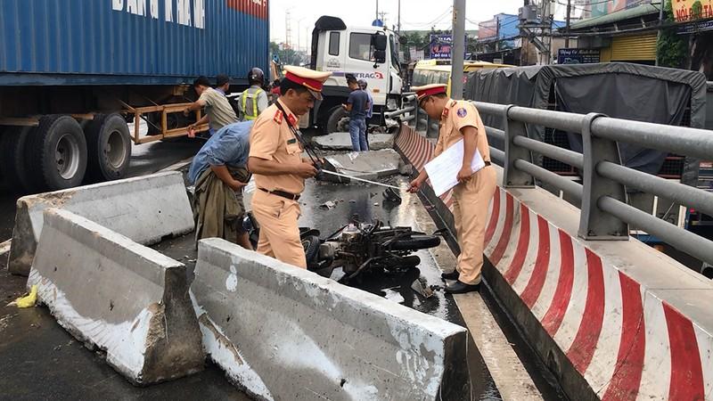 Xe container va chạm xe tải ở dốc cầu vượt Gò Mây - ảnh 3