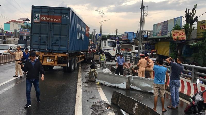Xe container va chạm xe tải ở dốc cầu vượt Gò Mây - ảnh 1