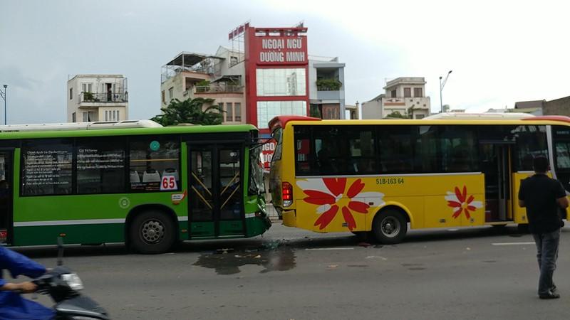 Tông ô tô liên hoàn ở An Sương, khách xe buýt hoảng loạn - ảnh 1