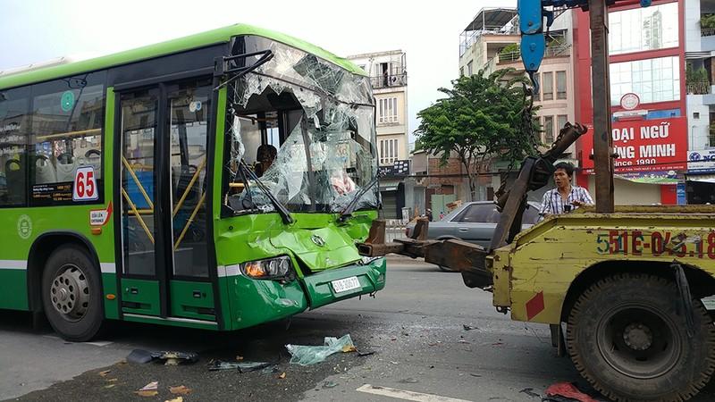 Tông ô tô liên hoàn ở An Sương, khách xe buýt hoảng loạn - ảnh 2